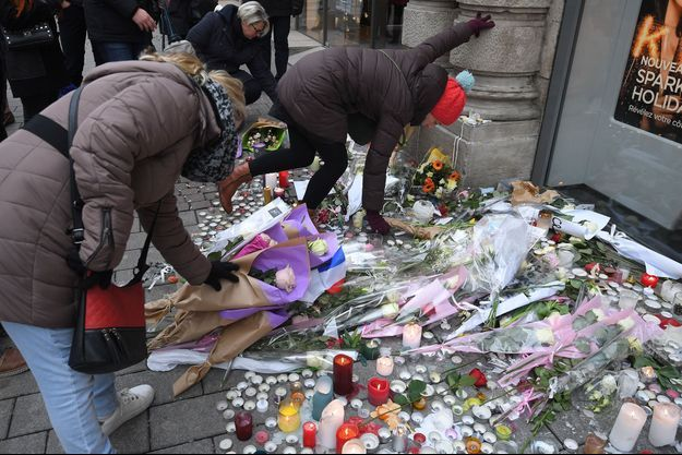 Les passants ont déposé des fleurs en la mémoire des victimes.