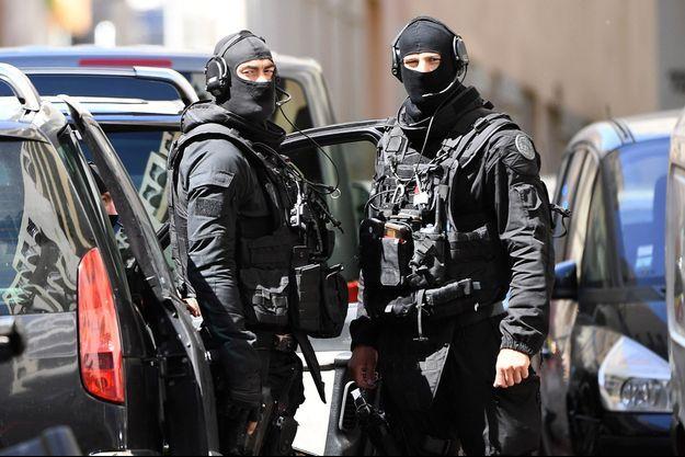 Des hommes du Raid devant le domicile d'un des suspects arrêtés mardi, à Marseille.