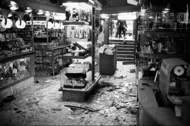 A l'intérieur du Drugstore Publicis après l'attentat du 15 septembre 1974 à Paris.