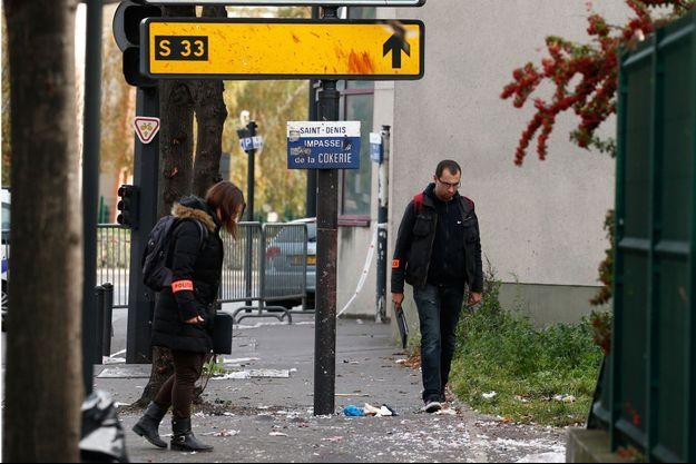 Des enquêteurs sur le lieu d'une des explosions au Stade de France, le 14 novembre 2015.