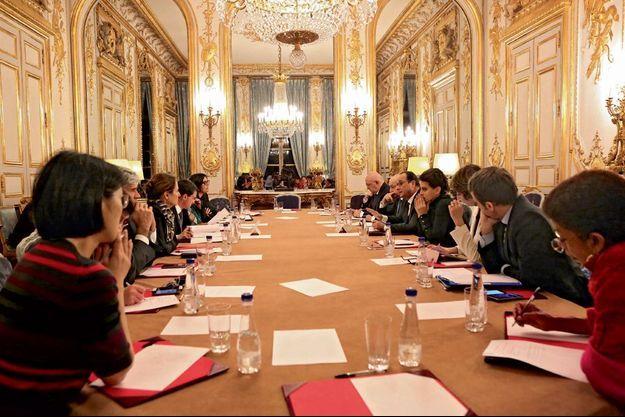 Minuit à l'Elysée : la réunion du Conseil des ministres a lieu après la première allocution télévisée de François Hollande.