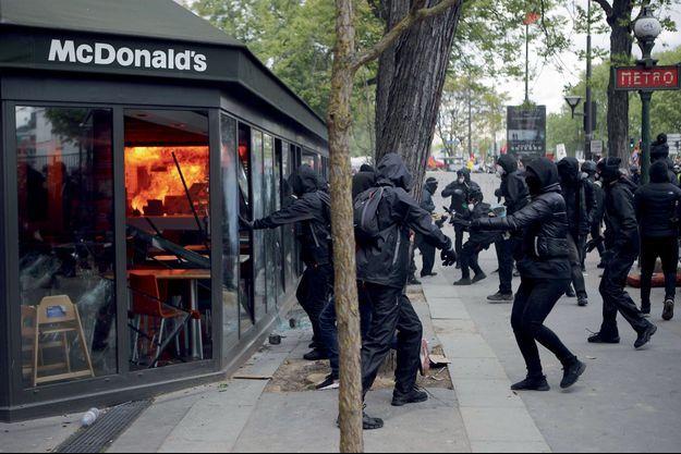 Le 1er mai, le McDo en face de la gare d'Austerlitz. Un cocktail Molotov a mis le feu aux cuisines.