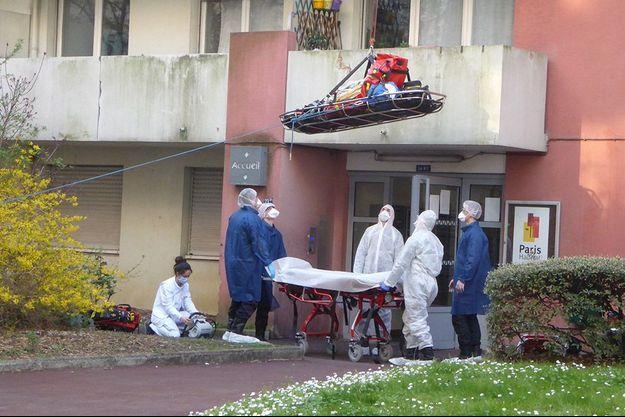 Une intervention en équipe pour venir en aide à une victime potentielle du coronavirus.