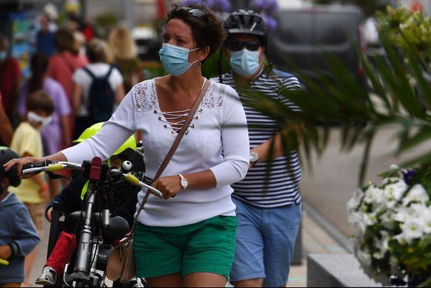 Image d'illutration, ici des touristes masqués dans les rues de Quiberon.
