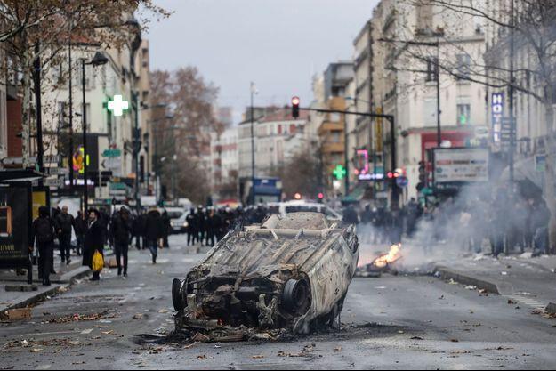 Une voiture brûlée à Aubervilliers.