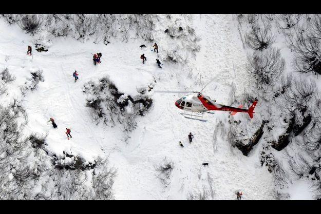Les secouristes recherchent des survivants, après l'avalanche de Bourg-St-Pierre (Suisse)
