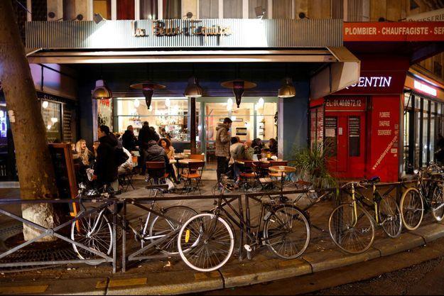 Devant La Belle Equipe, bar visé par les attaques du 13 novembre.