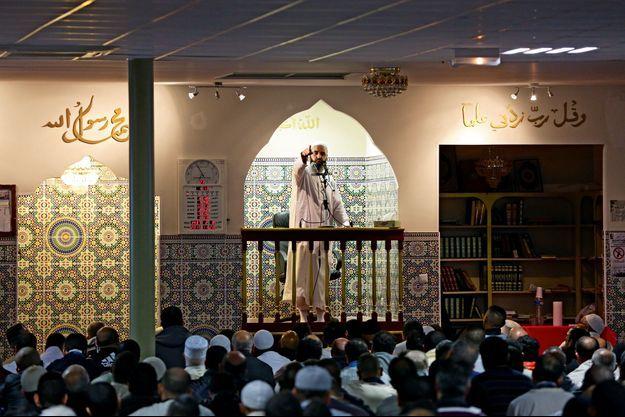 Dans la nouvelle mosquée attenante à la Reine Jeanne qui draine des fidèles de plusieurs cités, l'imam commence par condamner les islamistes tueurs… avant de leur donner l'absolution.