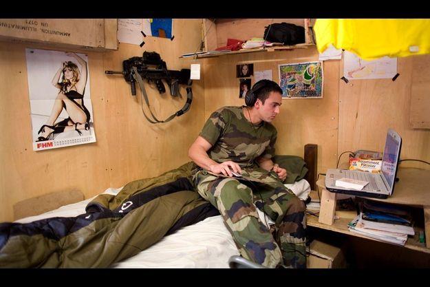 Dorian s'est engagé en septembre 2007. Il n'avait que 18 ans. Ce montagnard aura besoin de toutes ses qualités physiques et morales pour affronter ces montagnes afghanes où chaque rocher peut dissimuler un piège.