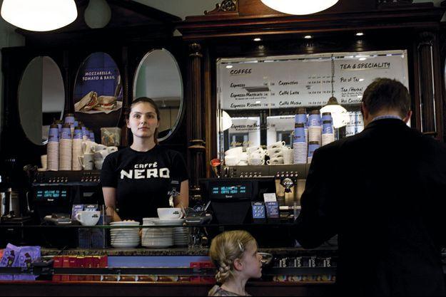 Le 30 septembre, Maud Stiegler, 23 ans, dans le café où elle travaille depuis juillet, près de Covent Garden, à Londres. Elle a trouvé cet emploi dès le lendemain de son arrivée.