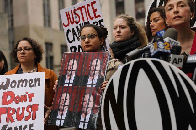 New York, vendredi. Des femmes manifestent pour dénoncer l'attitude du procureur Cyrus Vance, qui avait décidé en 2015 de ne pas poursuivre Harvey Weinstein.