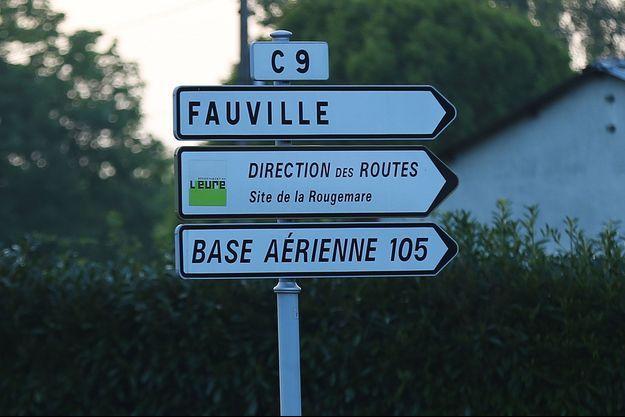 Un panneau qui indique la direction de la base aérienne d'Evreux (Image d'illustration).