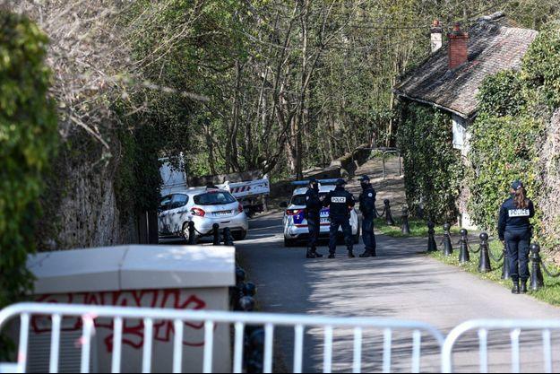 Un cordon de police autour de la maison du couple Tapie, à Combs-la-Ville, en Seine-et-Marne, dimanche 4 avril.