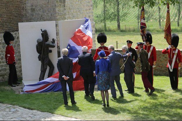 Le prince Charles dévoile le monument en hommage aux morts britannique.