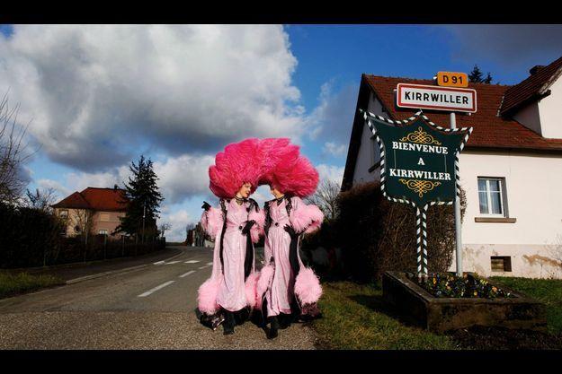 Amy et Léa, deux des danseuses du Royal Palace, dans leur costume de scène, à l'entrée du village, le 17 décembre dernier.