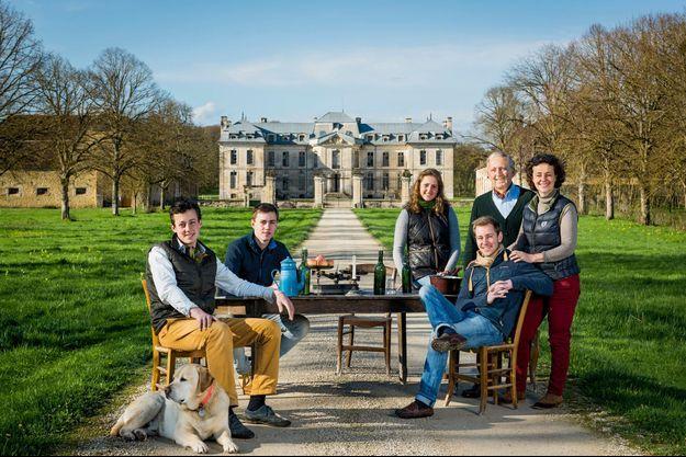 A Vaux, dans l'Aube, le clan pour une fois au complet. Chez le fils cadet, Edouard (à g.), châtelain à 23 ans. De g. à dr., ses frères et sœur Louis, 19 ans, Alice, 21 ans, Lancelot, 26 ans, et leurs parents, Jacques et Catherine.