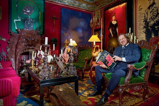 Bill Pallot dans son salon, au milieu de ses collections