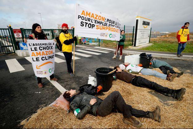 Des militants de mouvements écologistes ont brièvement bloqué un centre de distribution du géant Amazon de Brétigny-sur-Orge.