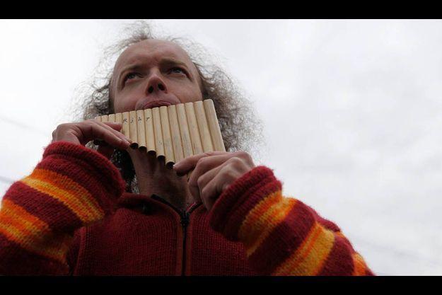 Un musicien un peu spécial fait le show pour les journalistes dans la rue principale de Bugarach