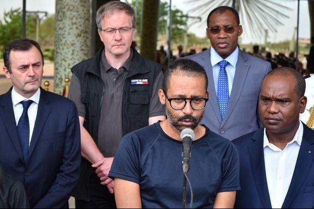 Au micro, Laurent Lassimouillas, qui a été retenu en otage au Burkina Faso.
