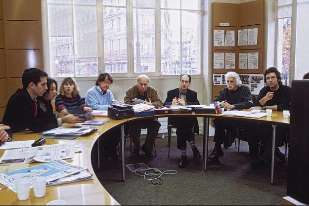 Conférence de rédaction, en novembre 2004, de g. à dr.: Jul, Sigolène Vinson, Luce Lapin, Cabu, Wolinski, Gérard Biard, Cavanna et Tignous.