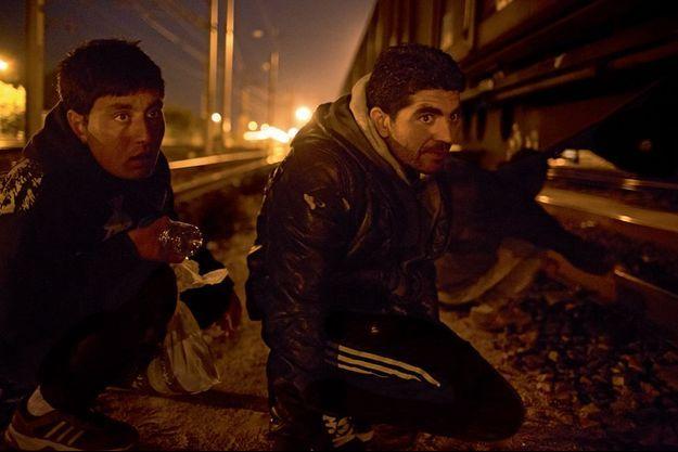 Majnoun (à g.) et Faiz sur une voie de garage de la zone de fret de Fréthun, jeudi 30 juillet vers minuit.