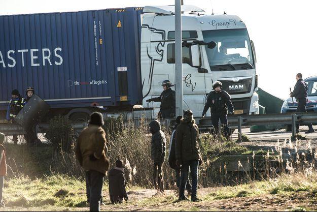 L'autoroute de Calais est pris d'assaut par les migrants