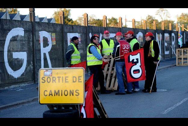 Les salariés des transports bloquent le dépôt de pétrole du Mans depuis vendredi dernier
