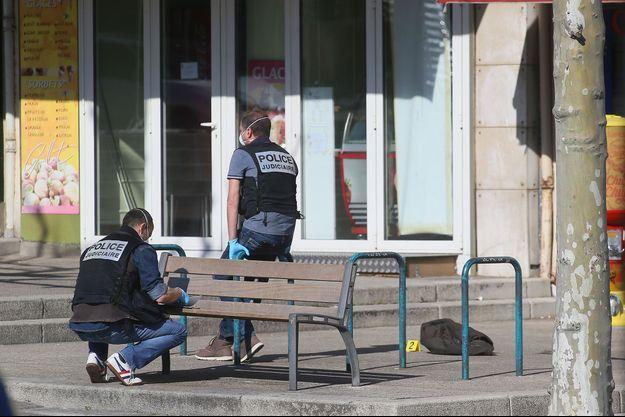 A Romans-sur-Isère, samedi, après l'attaque qui a fait deux morts.