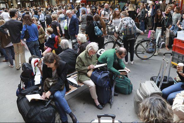 Les voyageurs patientent à la gare de Montparnasse, le 30 juillet.