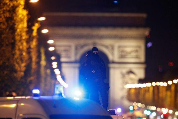 La police sur les Champs-Élysées après l'attaque.
