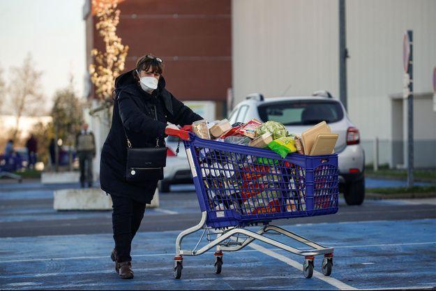 Une femme vient de faire ses courses en France. Image d'illustration.