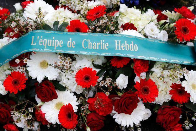 Gerbes de fleurs en la mémoire des victimes de l'attentat commis contre Charlie Hebdo, le 7 janvier 2015.