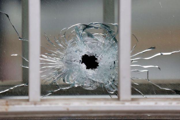 L'impact d'une balle sur la fenêtre des locaux de Charlie Hebdo.