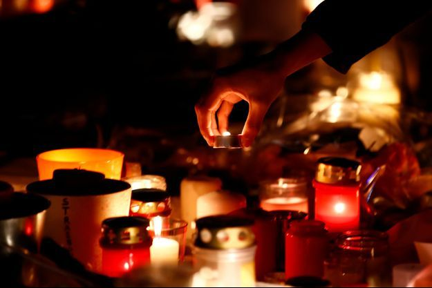 Des bougies déposées à Strasbourg, où trois personnes ont été tuées mardi dans un attentat.