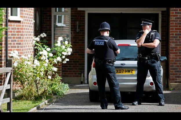 Des policiers anglais devant la maison des Al-Hilli, à Claygate.
