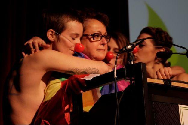 Christine Boutin stoïque malgré les baisers ironiques des Liliths.