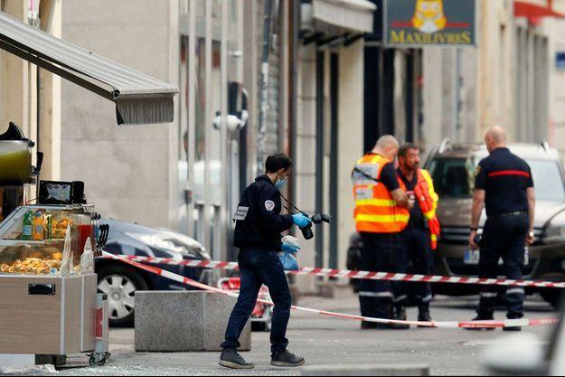 Un policier sur les lieux de l'explosion du colis piégé vendredi 24 mai, vendredi à Lyon.