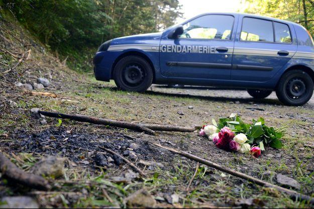 Ici, un bouquet de fleurs sur la scène de la tuerie de Chevaline.