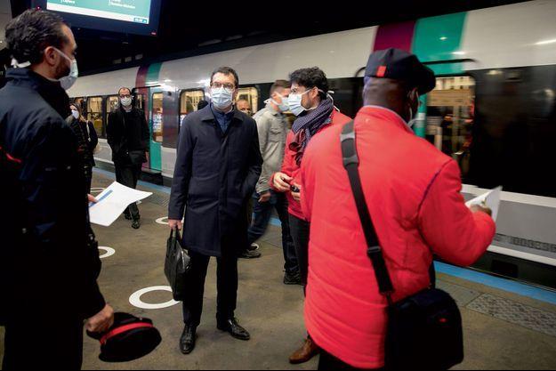 Jean-Pierre Farandou, P-DG de la SNCF, gare du Nord à Paris, lundi 11 mai, à la première heure de pointe après le déconfinement.