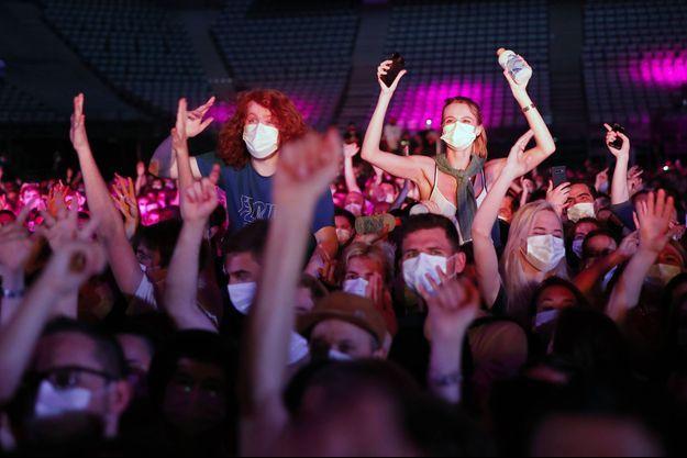 Lors du concert d'Indochine à Bercy (Accor Arena).