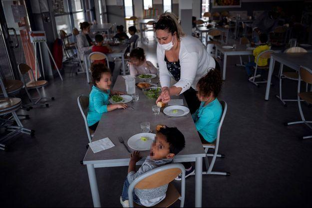 Des enfants de soignants ou d'agents des forces de l'ordre à l'école élementaire de Borderouge à Toulouse, pendant le confinement, le 16 avril.