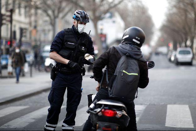 La police contrôler les passants en France afin de faire respecter le confinement.