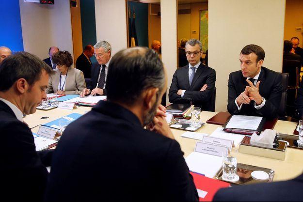 Le ministre de la Santé Olivier Véran face à Emmanuel Macron, lors du Conseil de Défense, samedi 29 février 2020.