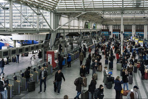 Gare de Lyon, à Paris, à la mi-journée, le 17 mars, jour d'entrée en vigueur du confinement.