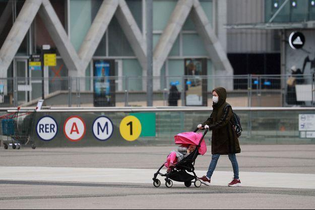 Une femme et un enfant en poussette, lundi à la Défense. (photo d'illustration)