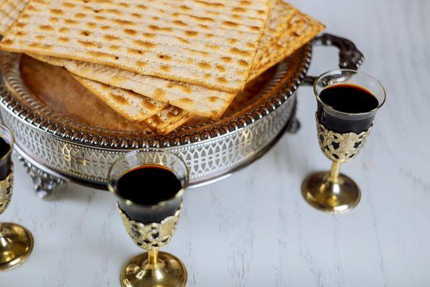 De la matza, du pain non levé consommé pendant Pessah, et du vin rouge.
