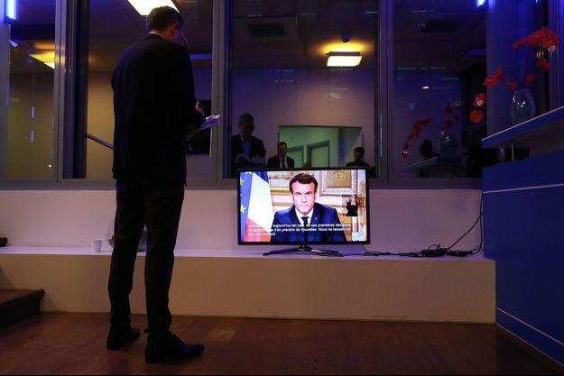 Ici un journaliste écoutant l'allocution du chef de l'Etat jeudi soir.
