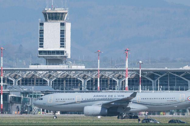 L'appareil, un A330 Phénix de l'armée de l'air équipés de moyens de réanimation, a décollé vers 13H30 de l'aéroport de Bâle-Mulhouse.