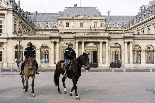 Devant le Conseil d'Etat, à Paris, le 17 mars.